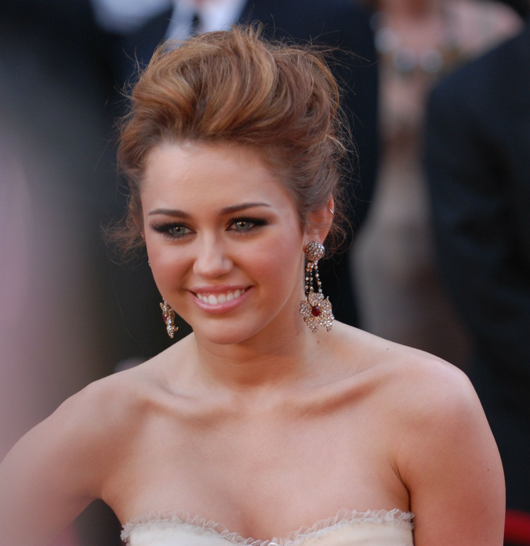 Miley_Cyrus_@_2010_Academy_Awards_(cropped)