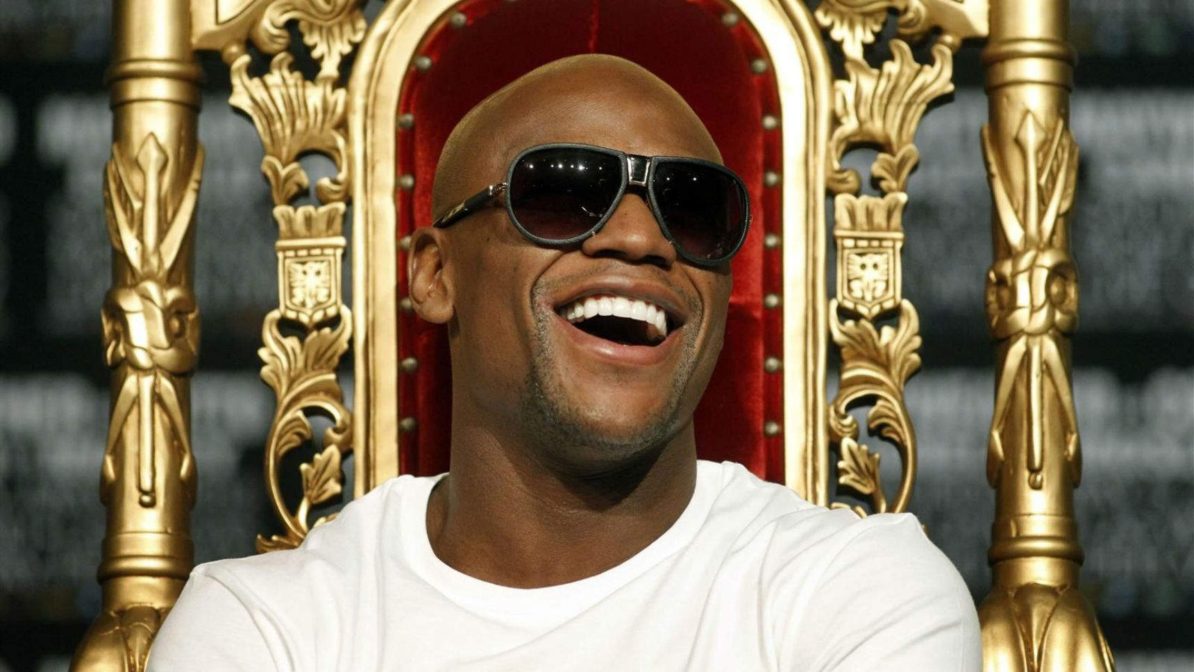 10 Ridiculous Things Floyd Mayweather Does With His Fortune