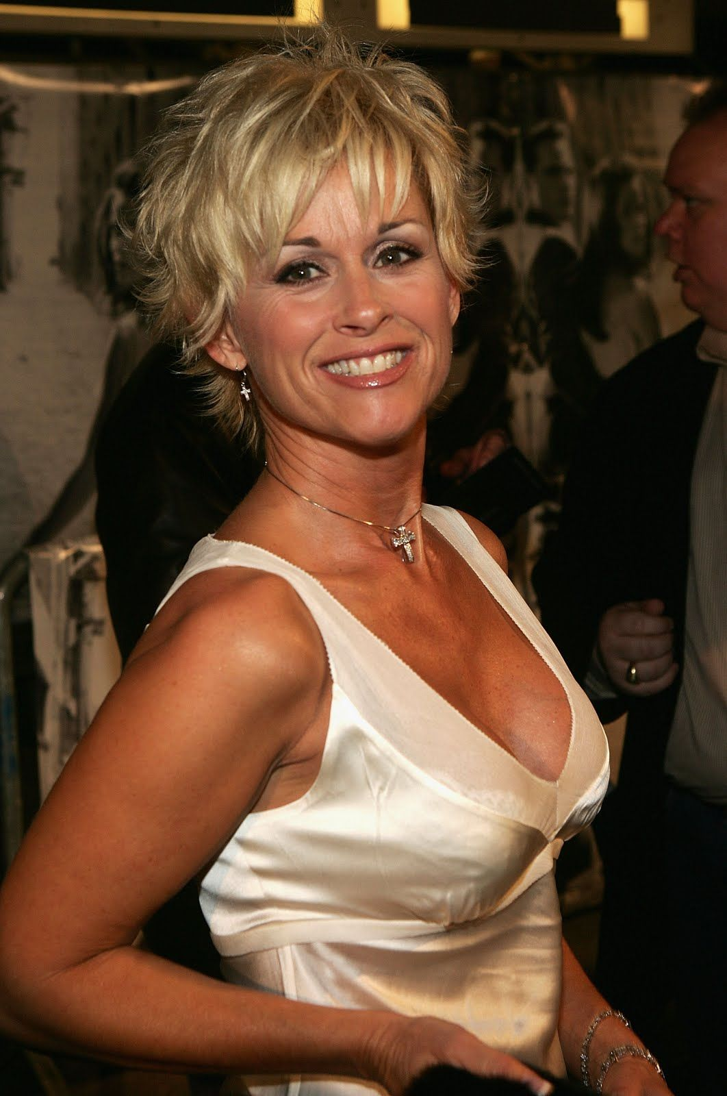 http://static0.therichestimages.com/wp-content/uploads/Lorrie-Morgan2.jpg